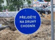 Značka Přejděte na druhý chodník, autor: Petr Vitvar