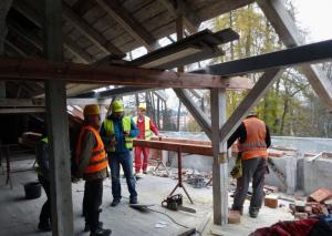 Rekonstrukce střechy - ilustrační obrázek, autor: Markéta Hozová