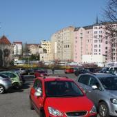 Parkoviště v Tržní ulici, autor: Karla Hackelová