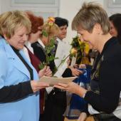 Ředitelka CSS N.Jozífková předává certifikát absolventům Akademie seniorů, autor: Radka Baloghová