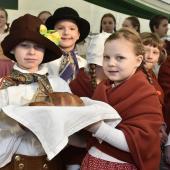 Děti vítají posla chlebem a solí, autor: Ota Mrákota