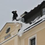 Shazování sněhu ze střechy, autor: Petr Vitvar