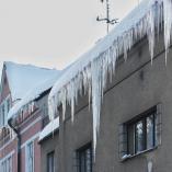 Rampouchy visící se střechy domu, autor: Markéta Hozová