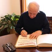 Ulrich Schwehn při podpisu do pamětní knihy, autor: Markéta Hozová