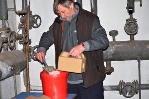 Deratizér plní jedovou schránku návnadou, autor: Jiří Endler