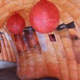 Uvnitř modelu obřího střeva s polypy, autor: Markéta Hozová