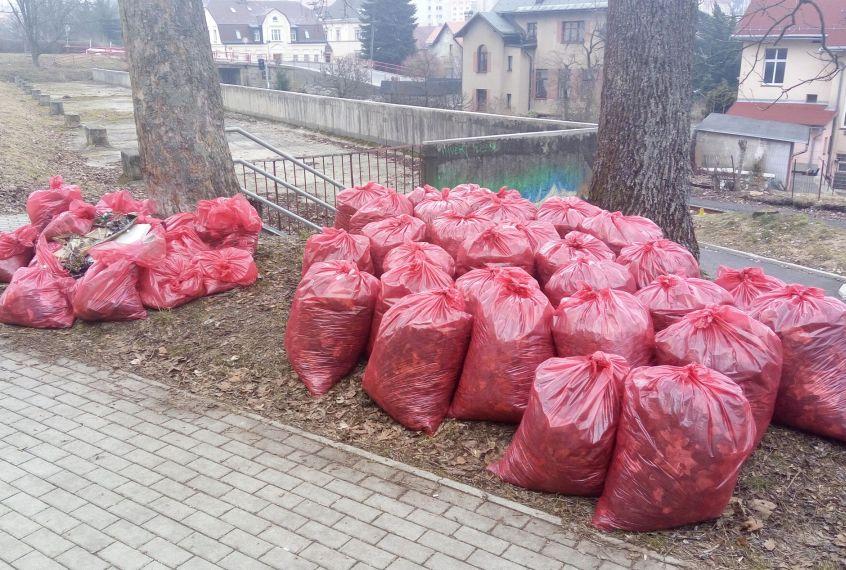 Pytle s nasbíraným odpadem (Lužická), obrázek se otevře v novém okně